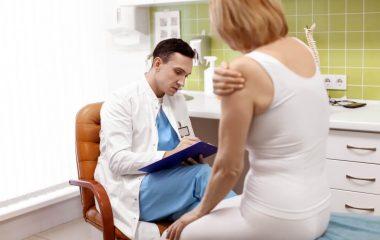 סובלים מבעיה במפרק הברך? מהו הטיפול הראשוני שאתם צריכים לעבור?